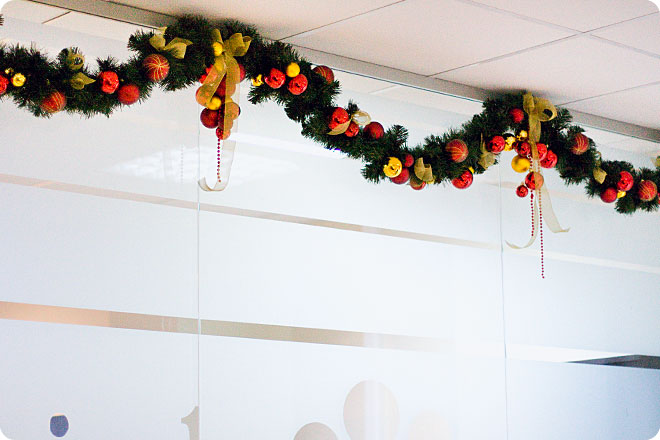 Новогоднее оформление магазинов, офиса, служебных помещений, ресторана, а также дома Obradoval.ru